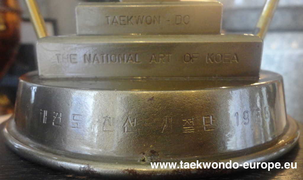 Gravur des Pokals: 1. Zeile -  Taekwon-Do , 2. Zeile - The National Art of Koea, 3. Zeile - 국기 태권도 친선 사절단